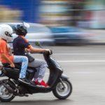 Enfant sur scooter