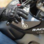 Gant obligatoire pour le passager moto